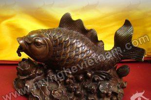 cá chép nhả ngọc lội trên hoa sen
