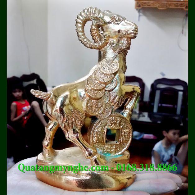 Tượng dê đồng, dê phong thủy, dê đeo tiền Kích thước: cao 15cm và 25cm Chất liệu: Đồng vàng Tác dụng: Dùng làm quà tặng cho người tuổi Mùi và những người tuổi hợp Mùi