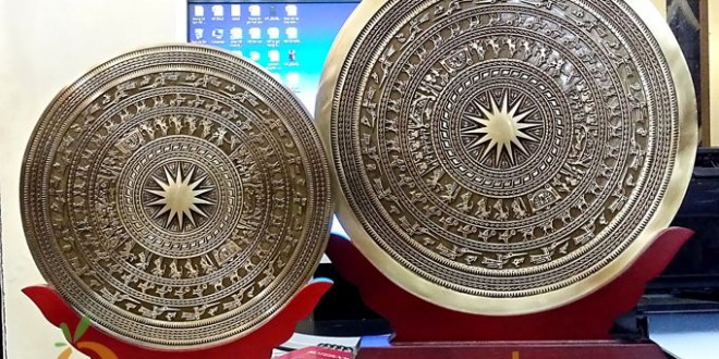 biểu trưng mặt trống đồng giá gỗ 1