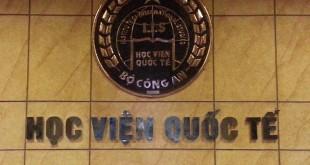 huy hiệu logo học viện quốc tế bộ công an treo tường
