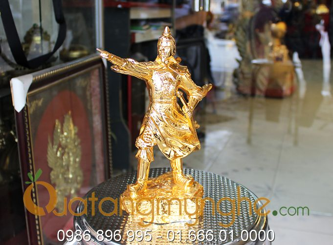 tượng trần hưng đạo chỉ tay mạ vàng