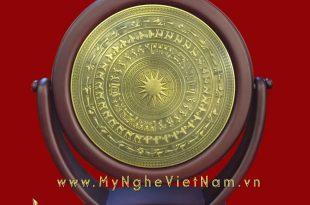 biểu trưng mặt trống đồng xoay đế đúc composite