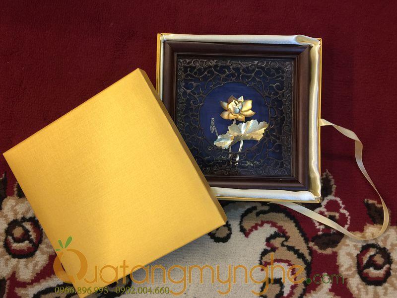 Tranh hoa sen dát vàng quà tặng cho đối tác nước ngoài0